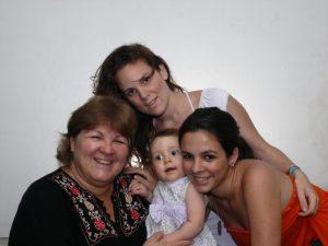 Алейда Гевара Марч, с дочерьми Эстефанией (Фанни) и Селией и с внучкой