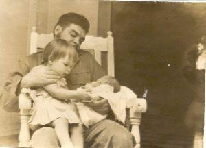 Че Гевара с Алейдой и новорожденным Камило