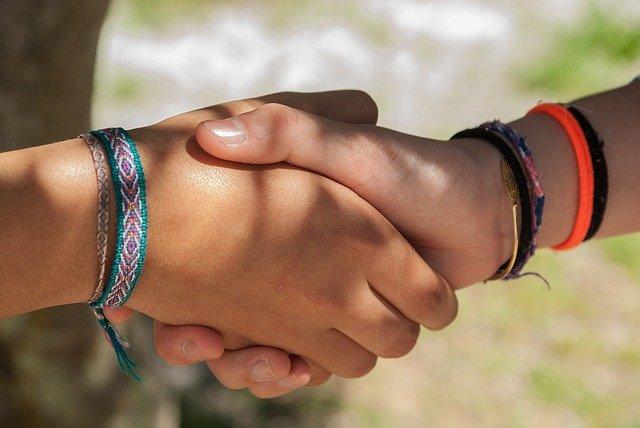 Пандемия останавливает рукопожатия, объятия и приветствия